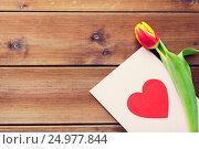 Купить «close up of flowers and greeting card with heart», фото № 24977844, снято 27 января 2016 г. (c) Syda Productions / Фотобанк Лори
