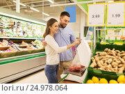 Купить «happy couple weighing tomatoes on scale at grocery», фото № 24978064, снято 21 октября 2016 г. (c) Syda Productions / Фотобанк Лори