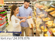 happy couple with shopping cart at grocery store, фото № 24978076, снято 21 октября 2016 г. (c) Syda Productions / Фотобанк Лори