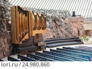 Купить «Лютеранская приходская церковь Темппелиаукио в Тёёлё, пригород Хельсинки. Церковный орган у каменной стены. Интерьер, вид с балкона. Финляндия», фото № 24980860, снято 17 сентября 2016 г. (c) Кекяляйнен Андрей / Фотобанк Лори