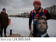 Купить «Александр Гудков (слева) и Дмитрий Хрусталев (справа) с портретом Ивана Урганта принимают участие в Новаторских гонках на санях в городе Москве, Россия», фото № 24989664, снято 28 января 2017 г. (c) Николай Винокуров / Фотобанк Лори