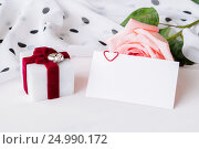 Купить «St Valentines day background - peach rose, blank love card with free space for text and box for jewel gift», фото № 24990172, снято 24 января 2017 г. (c) Зезелина Марина / Фотобанк Лори
