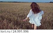 Купить «Happy girl in a field», видеоролик № 24991996, снято 6 декабря 2016 г. (c) Raev Denis / Фотобанк Лори