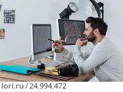 Photographer working on desktop pc. Стоковое фото, агентство Wavebreak Media / Фотобанк Лори