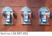 Купить «Городские таксофоны в Москве», эксклюзивное фото № 24997432, снято 3 марта 2012 г. (c) Алёшина Оксана / Фотобанк Лори