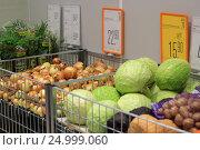 Купить «Овощи в магазине», эксклюзивное фото № 24999060, снято 28 января 2017 г. (c) Яна Королёва / Фотобанк Лори