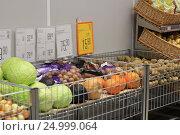 Купить «Овощи в магазине», эксклюзивное фото № 24999064, снято 28 января 2017 г. (c) Яна Королёва / Фотобанк Лори
