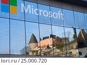 Luxembourg, Luxembourg - DEC 27,2016: A reflection of mediaeval castle in windows of Microsoft's office. Редакционное фото, фотограф Юлия Кузнецова / Фотобанк Лори