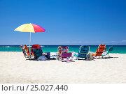 Купить «Разноцветные шезлонги и зонт на песчаном пляже», фото № 25027440, снято 15 апреля 2018 г. (c) SummeRain / Фотобанк Лори