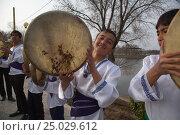 Купить «Таджикские музыканты в национальных костюмах играют на популярном ударном музыкальном инструменте - дойра во время праздника в городе Худжанд, Таджикистан», фото № 25029612, снято 21 марта 2015 г. (c) Николай Винокуров / Фотобанк Лори