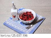 Купить «Винегрет в салатнике и масло на синей салфетке», эксклюзивное фото № 25037196, снято 30 января 2017 г. (c) Яна Королёва / Фотобанк Лори