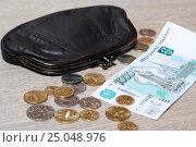 Купить «Купюра 1000 рублей, монеты и черный кошелек», эксклюзивное фото № 25048976, снято 2 февраля 2017 г. (c) Яна Королёва / Фотобанк Лори