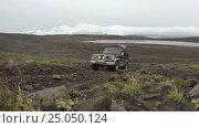 Купить «Toyota Land Cruiser Prado (70-я серия) едет по горной каменистой дороге на фоне вулканического пейзажа», видеоролик № 25050124, снято 17 сентября 2016 г. (c) А. А. Пирагис / Фотобанк Лори