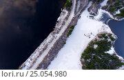 Купить «Дорога вдоль зимнего озера с открытой водой, вид сверху», фото № 25054980, снято 5 ноября 2016 г. (c) Кекяляйнен Андрей / Фотобанк Лори