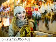 Купить «woman shopping at Christmas fair before Xmas in evening time», фото № 25055408, снято 27 января 2020 г. (c) Яков Филимонов / Фотобанк Лори