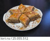 Бакинская пахлава на блюде. Стоковое фото, фотограф Василий Мальцев / Фотобанк Лори