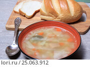 Купить «Тарелка супа и хлеб на столе», эксклюзивное фото № 25063912, снято 2 февраля 2017 г. (c) Яна Королёва / Фотобанк Лори
