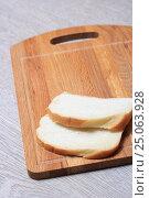 Купить «Хлеб на деревянной доске», эксклюзивное фото № 25063928, снято 2 февраля 2017 г. (c) Яна Королёва / Фотобанк Лори