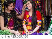 Купить «Таджикская девушка красит брови подруге в городе Худжанде, Республика Таджикистан», фото № 25069160, снято 21 марта 2015 г. (c) Николай Винокуров / Фотобанк Лори