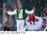 Купить «Парень из фольклорно-танцевального ансамбля в национальной таджикской одежде выступает на сцене во время празднования Навруза в парке города Худжанд, Республика Таджикистан», фото № 25069176, снято 21 марта 2015 г. (c) Николай Винокуров / Фотобанк Лори