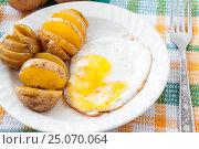Купить «Baked potatoes and yellow fried for breakfast», фото № 25070064, снято 3 февраля 2017 г. (c) Катерина Белякина / Фотобанк Лори