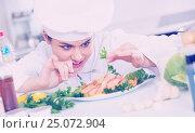 Купить «Young smiling chef with fried shrimps indoors», фото № 25072904, снято 20 июня 2019 г. (c) Яков Филимонов / Фотобанк Лори