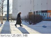 Пожилая женщина с тростью идет по улице города зимой (2017 год). Редакционное фото, фотограф Иван Козлович / Фотобанк Лори