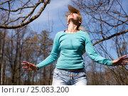 Купить «The happy young woman in bright clothes jumps in spring park», фото № 25083200, снято 27 апреля 2014 г. (c) Куликов Константин / Фотобанк Лори
