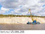 Купить «Плавучий кран работает на месторождении карбонатной руды и пород», фото № 25086288, снято 18 мая 2015 г. (c) Дмитрий Тищенко / Фотобанк Лори