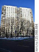 Купить «Шестнадцатиэтажный двухподъездный панельный жилой дом серии П-3, построен в 1977 году. Егерская улица, 1. Район Сокольники. Москва», эксклюзивное фото № 25088884, снято 6 февраля 2017 г. (c) lana1501 / Фотобанк Лори