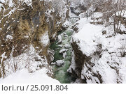 Купить «Завораживающая глубина и крутые склоны каньона - ущелья горной холодной реки Белой в Республике Адыгея, Россия - в зимний снежный морозный день», фото № 25091804, снято 29 января 2017 г. (c) Наталья Гармашева / Фотобанк Лори
