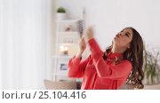 Купить «woman with hairbrush singing and dancing at home», видеоролик № 25104416, снято 3 января 2017 г. (c) Syda Productions / Фотобанк Лори