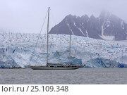 """Купить «Superyacht """"Adele"""" alongside a wall of ice that clings to the mountainous coasts of Spitsbergen, Norway. ^^^ Adele is 180 foot Andre Hoek design...», фото № 25109348, снято 19 января 2020 г. (c) Nature Picture Library / Фотобанк Лори"""