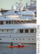Купить «Kayakers inspecting motorships tied alongside the dock in Newport, Rhode Island, USA.», фото № 25112096, снято 16 октября 2019 г. (c) Nature Picture Library / Фотобанк Лори