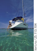 Купить «Woman sat on the stern of a cruising yachts dangling her toes in the water, Bahamas.», фото № 25113104, снято 20 августа 2018 г. (c) Nature Picture Library / Фотобанк Лори