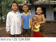Купить «Balinese children line up to have their photo taken in a small village, Bali, Indonesia 1993.», фото № 25124856, снято 25 сентября 2018 г. (c) Nature Picture Library / Фотобанк Лори