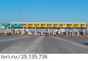 Купить «Пункт оплаты проезда на Западном скоростном диаметре. Санкт-Петербург», эксклюзивное фото № 25135736, снято 7 февраля 2017 г. (c) Александр Щепин / Фотобанк Лори