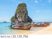 Традиционные тайские длиннохвостые лодки — лонгтейлы (longtail boat). Таиланд, провинция Краби, полуостров Рейли, пляж Прананг (Phranang Cave Beach) (2017 год). Редакционное фото, фотограф Владимир Сергеев / Фотобанк Лори