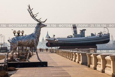 Нижневолжская набережная и скульптура оленя в Нижнем Новгороде