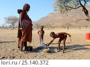 Купить «Himba girl starting fire with her mother for the cooking, Marienfluss Valley, Kaokoland Desert, Namibia. October 2015», фото № 25140372, снято 22 мая 2019 г. (c) Nature Picture Library / Фотобанк Лори