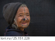 Купить «Apatani woman with facial tattoos and traditional nose plugs / Yapin Hulo made  to make them look unattractive to males from other tribes. These facial...», фото № 25151228, снято 27 мая 2019 г. (c) Nature Picture Library / Фотобанк Лори