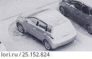 Купить «Автомобиль на парковке во время снегопада», видеоролик № 25152824, снято 10 января 2013 г. (c) Konstantinp / Фотобанк Лори