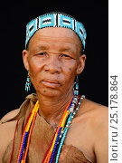 Купить «Portrait of Naro San woman wearing traditional clothing and headband, Kalahari, Ghanzi region, Botswana, Africa. October 2014.», фото № 25178864, снято 22 мая 2019 г. (c) Nature Picture Library / Фотобанк Лори