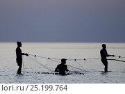 Fishermen with net at low tide, Orango Island, Guinea-Bissau, December 2013. Стоковое фото, фотограф Enrique Lopez-Tapia / Nature Picture Library / Фотобанк Лори