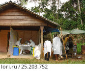 Купить «People in biohazard suits analysing blood samples to find the reservoir host of Ebola virus. Ebola Virus Disease in Mbomo killed 128 people in 2003 and...», фото № 25203752, снято 17 декабря 2017 г. (c) Nature Picture Library / Фотобанк Лори