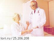 Купить «doctor giving medicine to senior woman at hospital», фото № 25206208, снято 11 июня 2015 г. (c) Syda Productions / Фотобанк Лори
