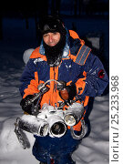 Photographer Franco Banfi with underwater housing covered in snow, Arctic circle Dive Center, White Sea, Karelia, Northern Russia, March 2010. Стоковое фото, фотограф Franco Banfi / Nature Picture Library / Фотобанк Лори