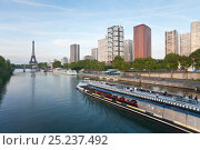 Купить «View of River Seine with sight-seeing boat with high-rise buildings and Eiffel Tower, Paris, France 2011», фото № 25237492, снято 20 июля 2018 г. (c) Nature Picture Library / Фотобанк Лори