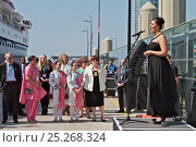 Купить «Performance from opera singer Danielle Thomas prior to the departure of the 'Ocean Countess', making history as the first cruise ship to start and finish...», фото № 25268324, снято 17 августа 2018 г. (c) Nature Picture Library / Фотобанк Лори