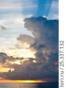 Купить «Crepuscular rays from behind a cloud at sunset in the Exumas, Bahamas, Caribbean. June 2009.», фото № 25337132, снято 22 сентября 2019 г. (c) Nature Picture Library / Фотобанк Лори